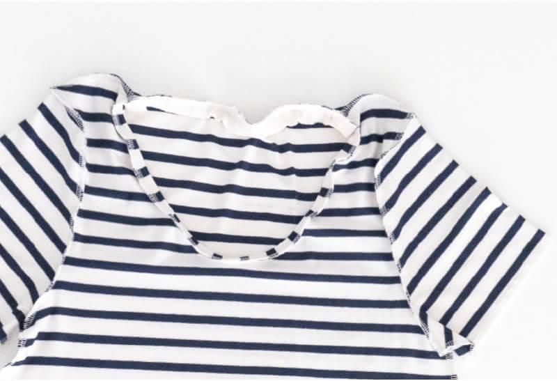 Nähanleitung Step by Step für selbstgenähtes Maritim gestreiftes Basic T-Shirt. Halsbündchen annähen.