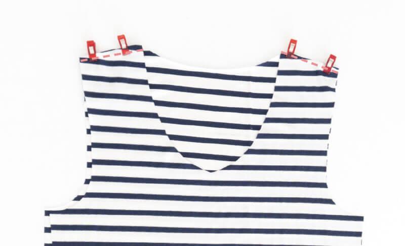 Nähanleitung Step by Step für selbstgenähtes Maritim gestreiftes Basic T-Shirt. Schulternähte zusammen nähen.