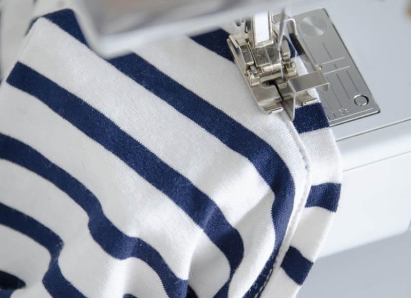 Nähanleitung Step by Step für selbstgenähtes Maritim gestreiftes Basic T-Shirt. Halsbündchen mit Schmalkantfuß knappkantig absteppen.