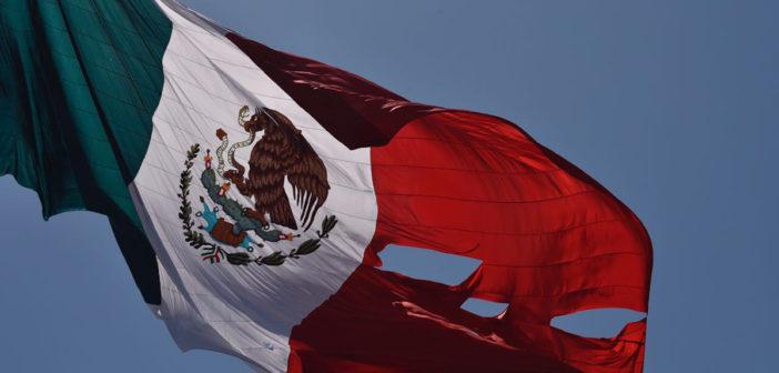 Se rasga la bandera al ser izada en ceremonia encabezada por Peña (VIDEO)