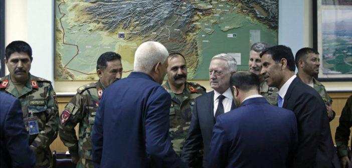 Reciben con coche bomba a secretario de Defensa en Afganistán