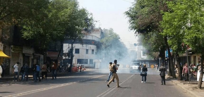 Lanzan gas lacrimógeno a padres de los 43 frente a Gobernación (VIDEO)