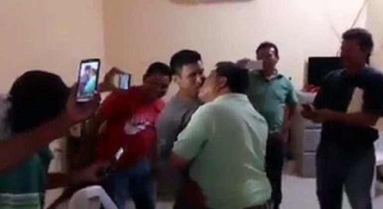 Líder de la CTM en Oaxaca pide 'besos' por una concesión de taxi (VIDEO)