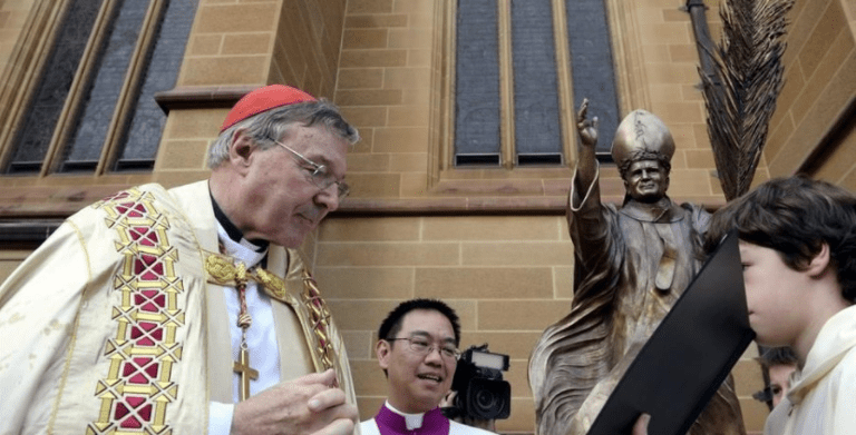 Acusan de abusar de niños a cardenal tesorero del Vaticano