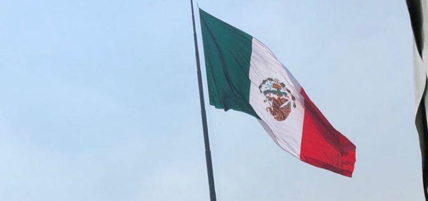 En ceremonia oficiada por  Peña, izan bandera con escudo al revés (VIDEO)