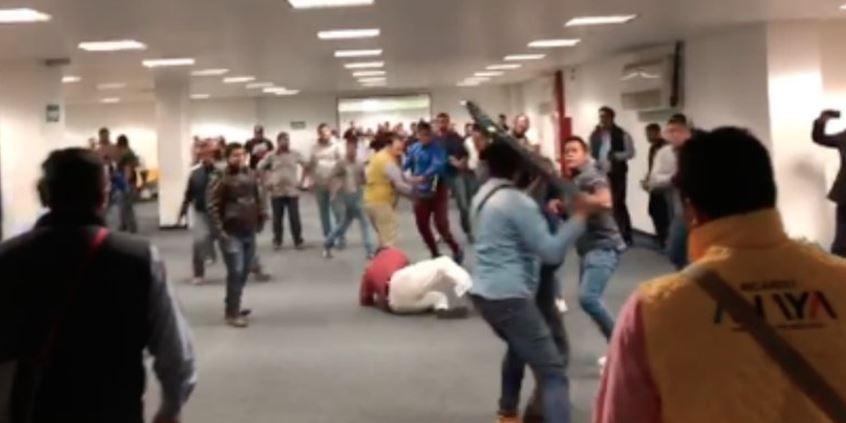 Tras batalla campal, PRD avala la candidatura de Anaya (VIDEO)