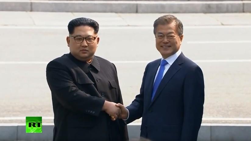 Histórico apretón de manos entre Kim y Moon