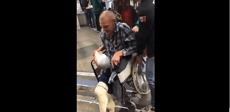 Mexicano agrede a anciano ruso por usar máscara de AMLO (VIDEO)