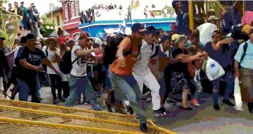 Migrantes rompen valla fronteriza entre Guatemala y México (VIDEO)