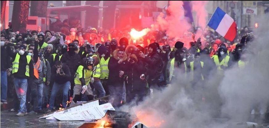 Francia admite errores en trato a los chalecos amarillos