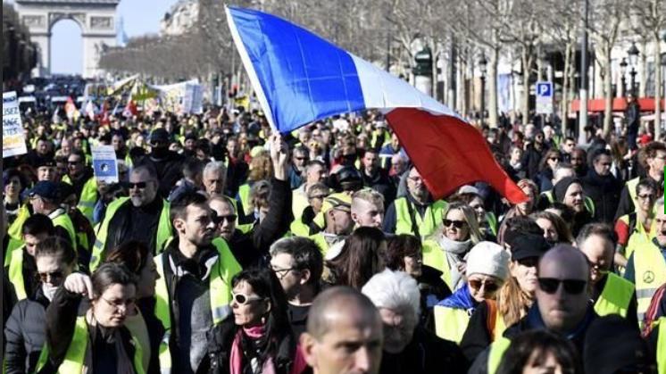 Chalecos amarillos: 3 meses contra Macron