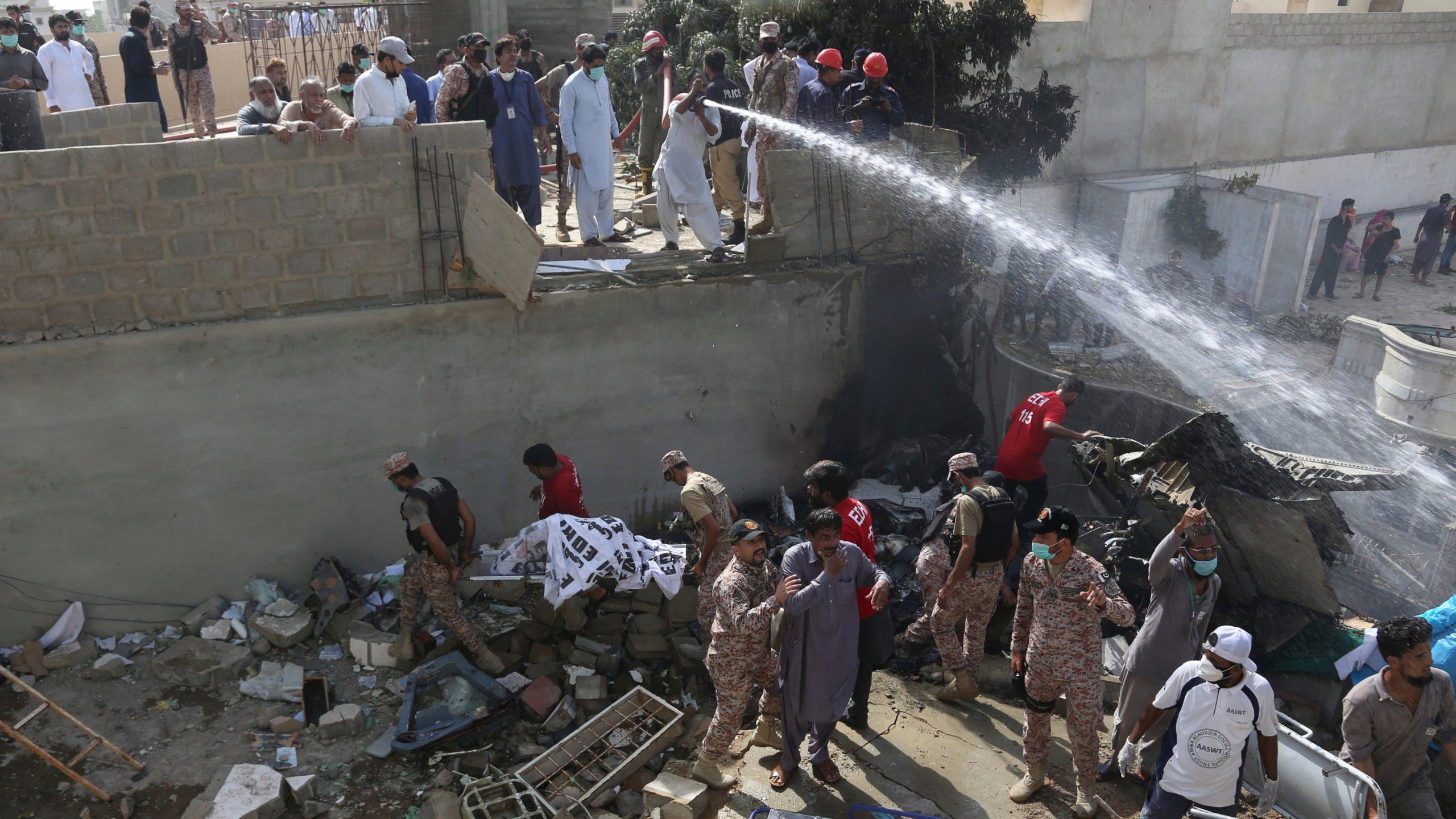 पाकिस्तान जहाज दुर्घटना: चमत्कारिक रुपमा बाँचेका यात्रु यसो भन्छन्