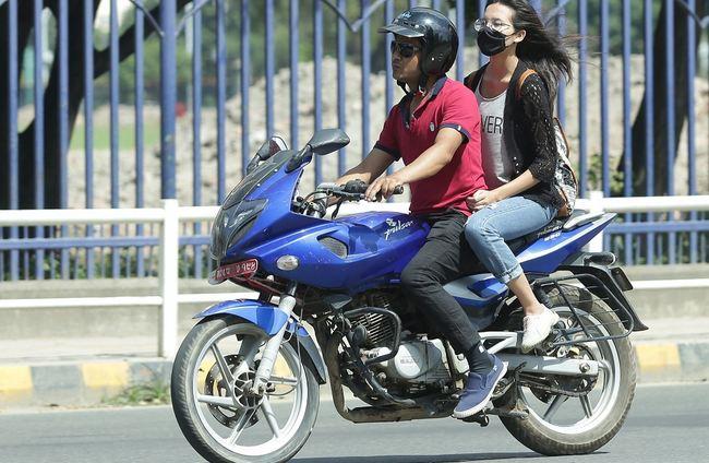 सरकार ! श्रीमान-श्रीमती एउटै मोटरसाइकल चढ्न नपाइने कस्तो नियम ?