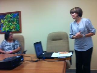 La Trabajadora Social Maribel Delgado-Colón en la orientación sobre Radioterapia