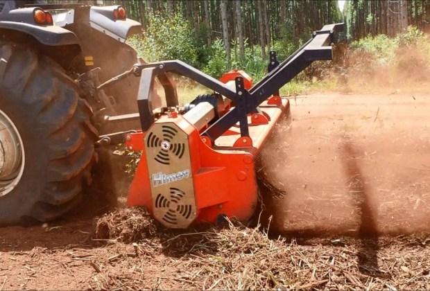 Rebaixamento de toco de eucalipto e rebrota com Triturador Florestal Himev Ecotritus HP240