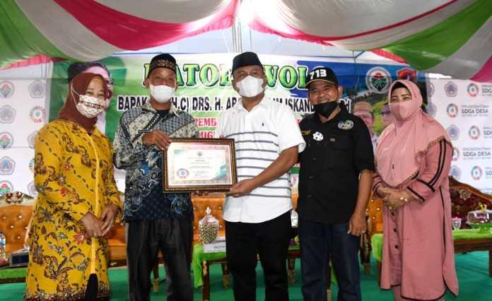 Sekda Ridwan Serahkan Sertifikat Penghargaan SDGs dari Menteri PDT dan Transmigrasi