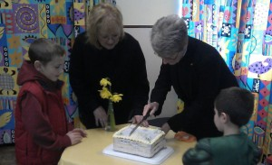 mini_Revd Sheryl cutting the cake
