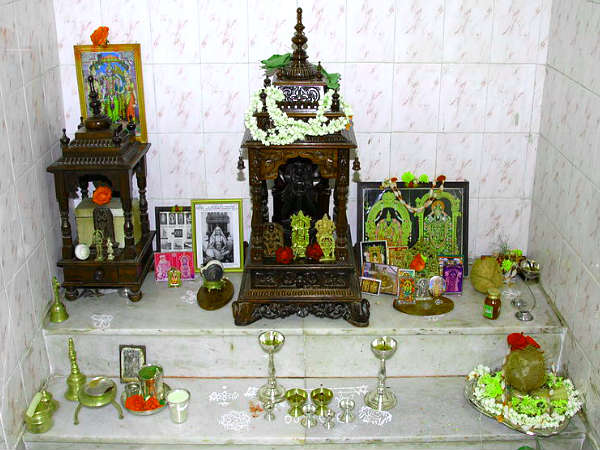 वास्तु शास्त्र के अनुसार कैसे सजाएं पूजा घर