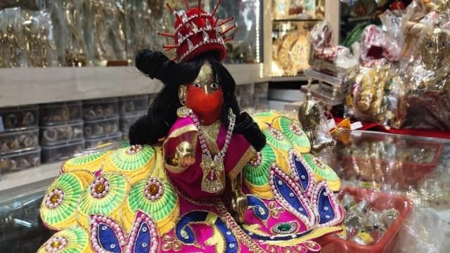 लड्डू गोपाल ने पहना PPE किट और लगाया मास्क, अब भक्तों को बनानी है सोशल डिस्टेंसिंग