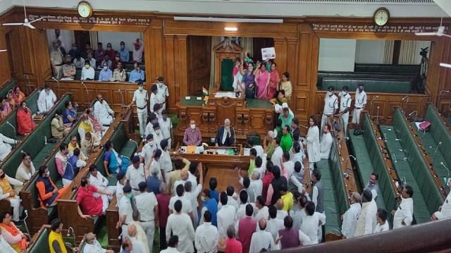 बिहार विधानसभा में पुलिस बिल को लेकर जमकर हुआ हंगामा,तेजस्वी बोले-सरकार अपना रही तानाशाही रवैया