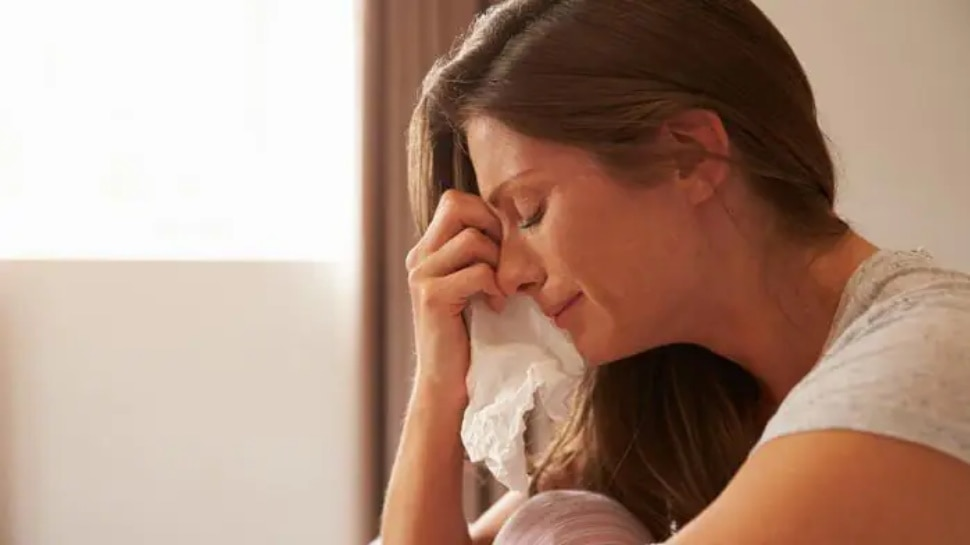 Postpartum Depression: डिलीवरी के बाद मां को आ सकता है आत्महत्या का ख्याल! जानिए आखिर ये कैसी बीमारी