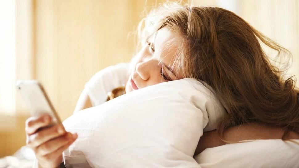 अगर आप भी सुबह उठते ही चेक करते हैं अपना फोन, तो हो जाएं सावधान, भारी पड़ सकती है ये आदत