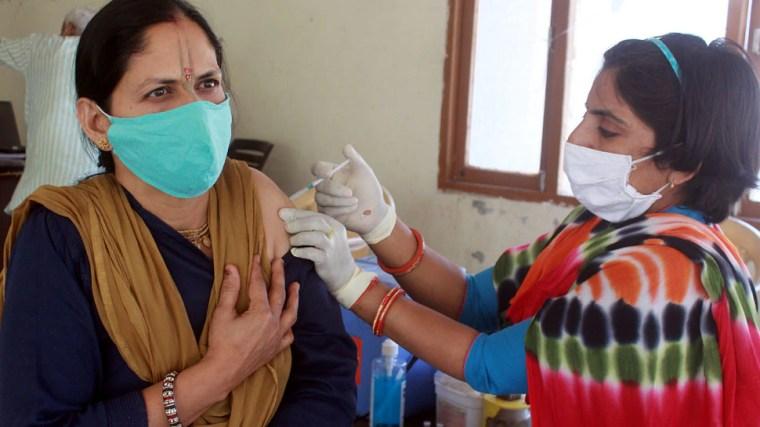 Central government angry over Corona vaccination for people under 45 years  in Delhi |45 साल से कम उम्र वालों को Corona Vaccination! नाराज केंद्र ने  दिल्ली सरकार को भेजा पत्र| Hindi News, देश