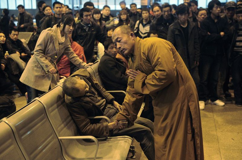 a-monk-prays-for-an-old-man-who-died-while-waiting-for-a-train-in-china