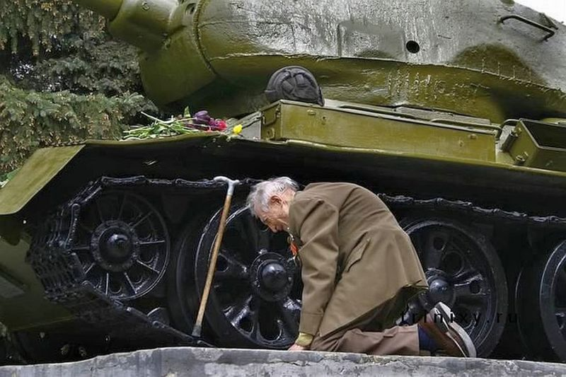 a-war-veteran-from-russia-kneels-in-front-of-a-tank-that-he-spent-the-war-in-the-tank-is-now-a-museum