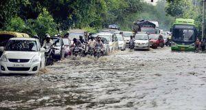 दिल्ली-एनसीआर में तेज बारिश के साथ गिरे ओले, जलजमाव के कारण कई इलाकों में लगा जाम