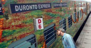 दिल्ली के बादली इलाके में दुरंतो एक्सप्रेस में हथियारबंद बदमाशों ने यात्रियों से की लूटपाट