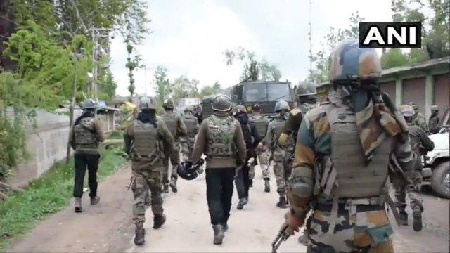 जम्मू-कश्मीर के शोपियां में सुरक्षा बलों और आतंकियों के बीच मुठभेड़, हिजबुल का टॉप कमांडर्स के मारे जाने की खबर
