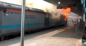 Fire Broken in New Delhi Railway Station Live Update: नई दिल्ली रेल्वी स्टेशन खड़ी ट्रैन चंडीगढ़ कोचुवेली एक्सप्रेस की बोगी में लगी आग