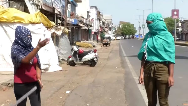 कोरोना लॉकडाउन महाराष्ट्र: लड़कियां लॉकडाउन उल्लंघना पुलिस अरेस्ट स्कूटी जब्त जानकारी