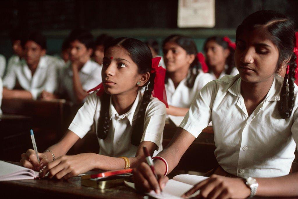 पितृसत्ता को बढ़ाने में कैसे योगदान देते हैं स्कूल के शिक्षक और प्रशासन