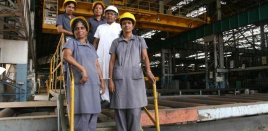 श्रम बल में घटती महिलाओं की भागीदारी और कोविड-19 से उपजी चुनौतियां