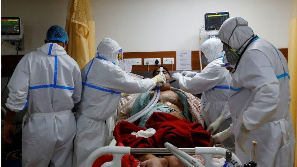 संसाधनों की कमी के बीच कोविड-19 से लड़ते स्वास्थ्यकर्मियों के लिए सरकारों ने क्या किया