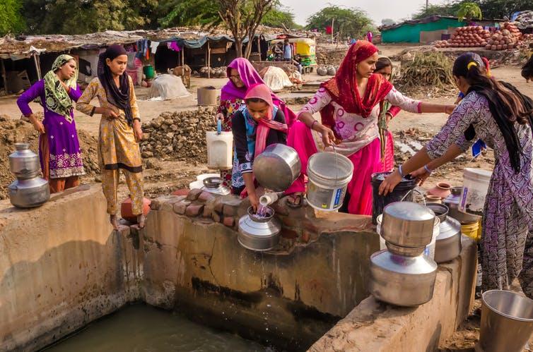 साफ पानी और स्वच्छता की कमी महिलाओं के विकास में कैसे है एक रुकावट
