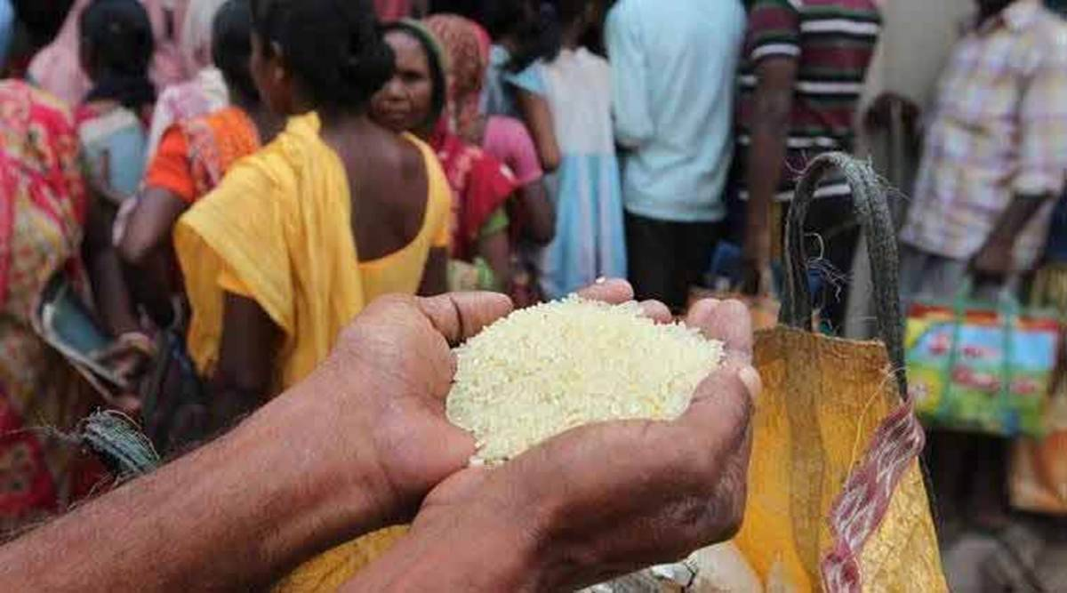बढ़ती महंगाई पर चुप्पी और गांव में गरीब परिवारों के सवाल