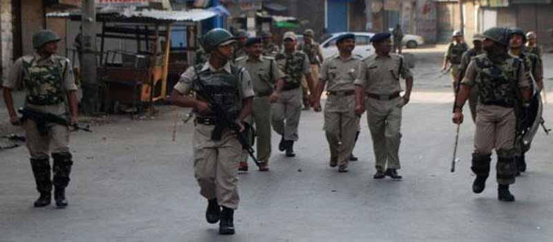 फाइल फोटो - श्रीनगर में गश्त लगाते सुरक्षा बलों के जवान।