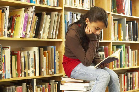 क्या तकनीक और मीडिया ही ज़िम्मेदार हैं घटती पढ़ने की आदतों की?