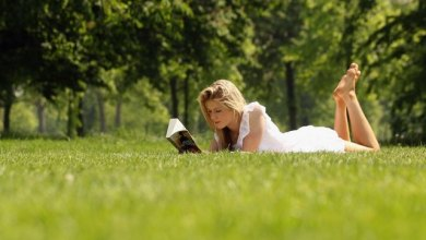 किताब पढ़ती लड़की