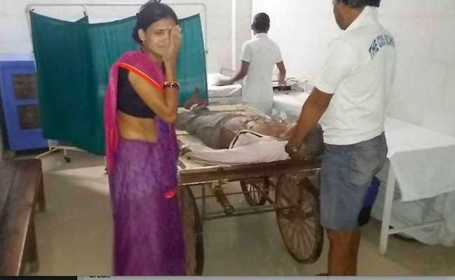 ठेला पर बीमार को अस्पताल ले जाते परिजन