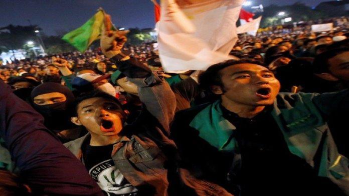नए कानूनों के ख़िलाफ़ सड़कों पर इंडोनेशियाई युवा