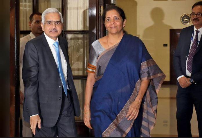 RBI प्रमुख शक्तिकांत दास के साथ वित्त मंत्री निर्मला सीतारमण (तस्वीर रॉयटर्स से साभार)