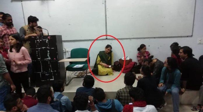 लाल आतंक के आगे घुटने टेकता JNU- अपने ही क्लास में बेबस बैठीं शिक्षिका डॉ. वंदना मिश्रा