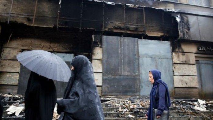 ईरान के प्रदर्शन में नष्ट हुई ईमारत (फोटो साभार- आयरिश टाइम्स)