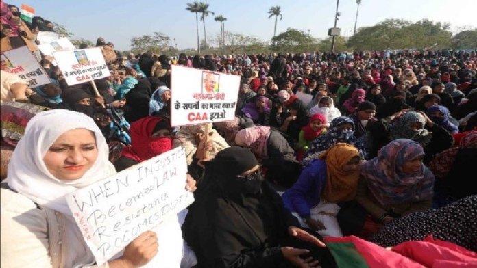 घंटाघर के पास धरने पर बैठी महिलाएँ