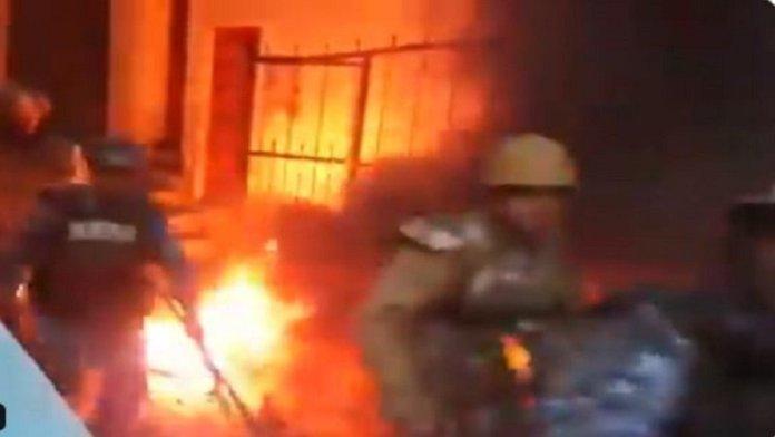 पुलिस, ज़िंदा जलाने की कोशिश