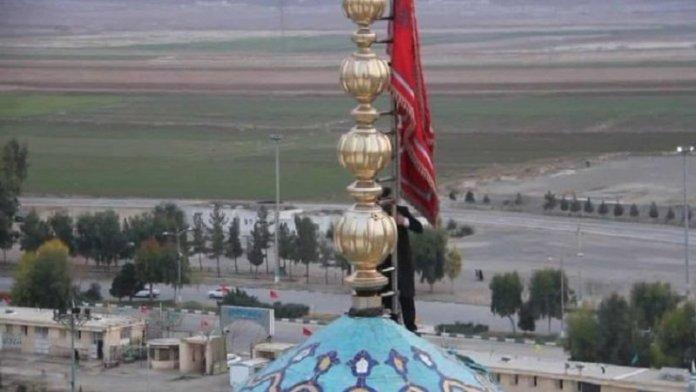 मस्जिद पर लाल झंडा